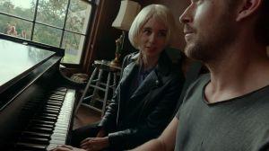 Nainen (Rooney Mara) ja mies (Ryan Gosling) pianon ääressä. Kuva elokuvasta Song to Song