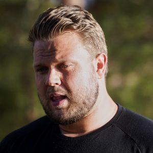 Daniel Ståhl talar.