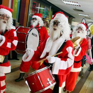 Trummande jultomtar marscherar.