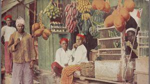 Fruktförsäljning på Ceylon. A botique or betel and fruit shop, Ceylon.