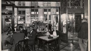 Interiör på ett café eller en bar i USA. Interior with Windows and Flag and woman, 33rd st.