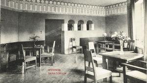 En sjukhussal från Hyvinge sanatorium med jugendmöbler.