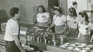 Förberedande av mat i en restaurang i USA. Food preparation and Service.