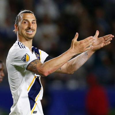 Zlatan Ibrahimovic applåderar.