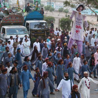 Mielenosoittajat vaativat Asia Bibille kuolemantuomiota Pakistanin Karachissa 21. lokakuuta.