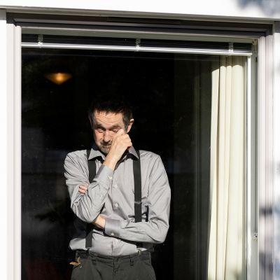 Heli Blåfieldin kuva miehestä ikkunassa