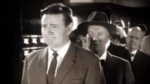 Kansalaiset jonottivat Elävän arkiston trailerissa (2006).