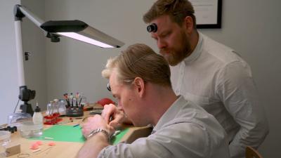 Urmakarna Eric Wikholm och Kari-Matti Ratsula studerar en klocka