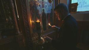 Ortodox präst tänder ljus