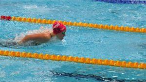 En kvinna simmar i en simbassäng. Hon heter Ida Slöör.