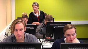 Camilla Grundström undervisar i samhällslära i Axxell i Karis.