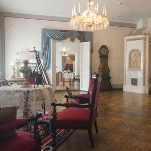 Kotimuseon kauniisti kalustettu sali.
