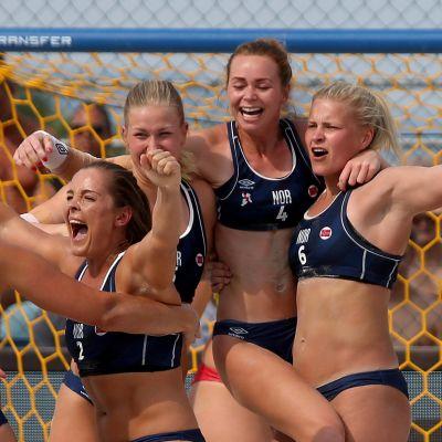 Norges damer firar en vunnen beachhandbollsmatch.