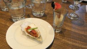 Friterat ostron och en strut med kungskrabba och caviart.