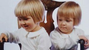 Sakris Kupila som barn tillsammans med sin tvillingbror.