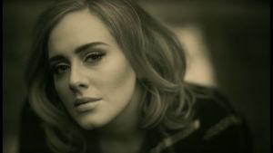 Svartvit bild på Adele.