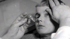 Lapsipotilas saa silmäproteesin (1953).