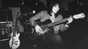 Joan Jett istuu kitara sylissä, arkistokuva dokumentista Bad Reputation