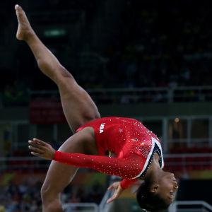 Simone Biles tävlar i bomfinalen i OS i Rio.