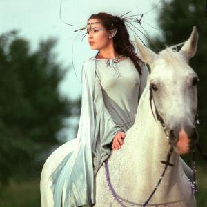 Haltijakuningatar Meryt (Pinja Hahtola) hevosen selässä.