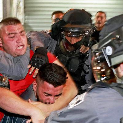 Mielenosoittajat ja poliisit ottavat yhteen.