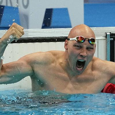 Matti Mattsson jublar och håller upp händerna i vattnet för att fira brons i OS.