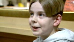 Ari Koivunen 14-vuotiaana nuorten kulutusta käsittelevästä uutisraportissa 1998.