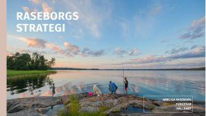 Pärmbilden på Raseborgs nya strategidokument 2018. Stranklippor, solnedgång, sommar, en man med två barn och en hund metar en sommarkväll.