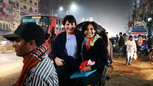 Cecilia Löfgren och Norma Lopez sitter i en rickshaw.