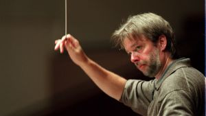 Kapellimestari Jukka-Pekka Saraste johtaa orkesteria.