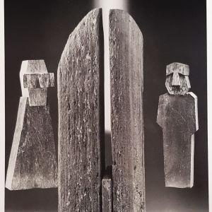 Kolme  abstraktia kivipatsasta vierekkäin.