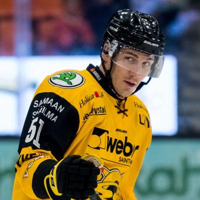 John Persson blickar åt sidan.