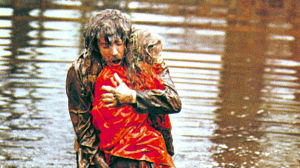 Donald Sutherland ja Sharon Williams elokuvassa Kauhunkierre (1973)