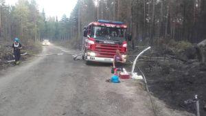 Brandbil från Backgränd FBK på plats vid skogsbranden i Pyhäranta.