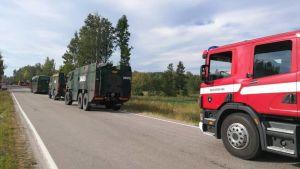 Brandbil från Backgränd FBK i Pojo på väg för att släcka skogsbranden i Pyhäranta.