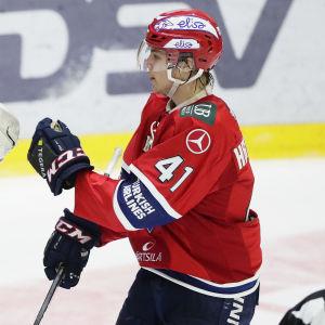 Målvakten Kevin Lankinen och Miro Heiskanen firar den andra semifinalsegern.