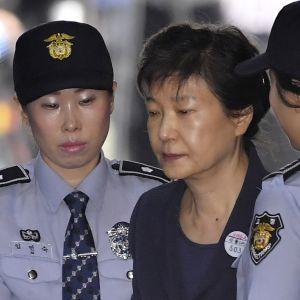 Sydkoreas avsatta president Park Geun-Hye dömdes till 24 års fängelse för tagande av muta och maktmissbruk