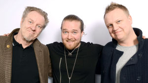 Jospert Knutas, Teemu Roivainen ja Petri Somer seisomassa kaulakkain