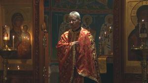 Ortodox präst på kvällsgudstjänst.