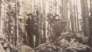 Erik Svens och Uno Forss i skogen.