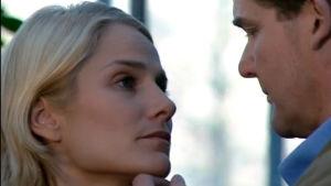 Tuija (Laura Malmivaara) ja Hannes (Risto Autio) selvittävät tunteitaan (2003).