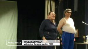 Valehtelun Suomen mestari Tuula Kuoppala vuosimallia 2010 lavalla huivi päässään.