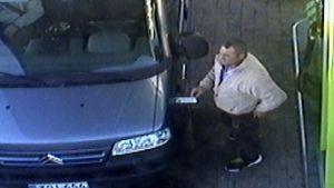 Däcktjuv fotad av en övervakningskamera på en bensinstation i Jalasjärvi.