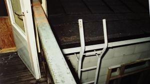 Stegen till balkongen och det sönderslagna fönstret.
