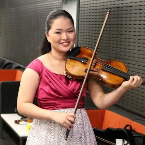 Minami Yoshida ennen Tshaikovskin viulukonserttoa.