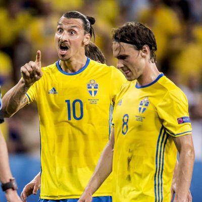 Zlatan Ibrahimovic klagar åt domaren.