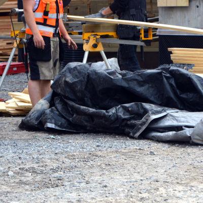 Närbild av byggarbetare.