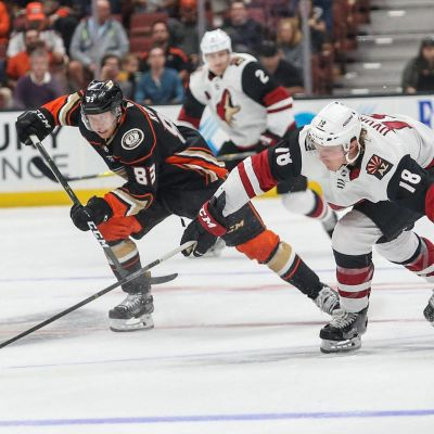 Anaheim Ducksin Kalle Kossila ja Arizona Coyotes Christian Dvorak taistelevat kiekosta.