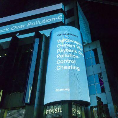 Volkswagenin päästöhuijausta koskeva uutinen valonäytöllä.