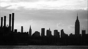 En svartvit bild av siluetten av New York.